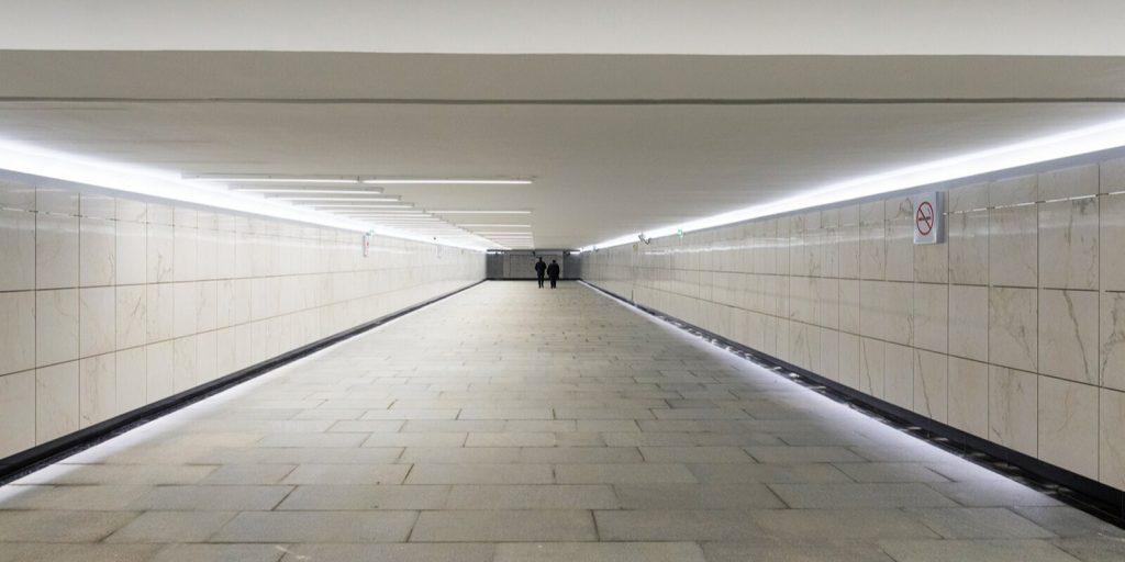 В трех пешеходных переходах на Волоколамке начали монтировать лифты