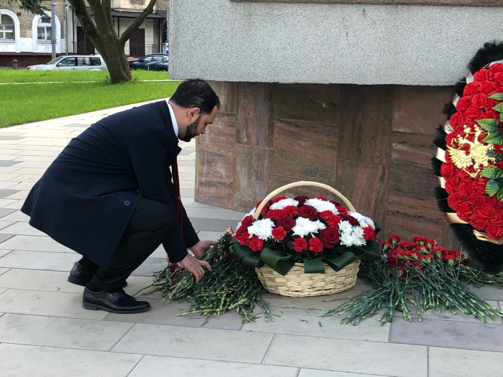 Александр Мажуга возложил цветы к памятнику Маршалу Бирюзову в Щукине